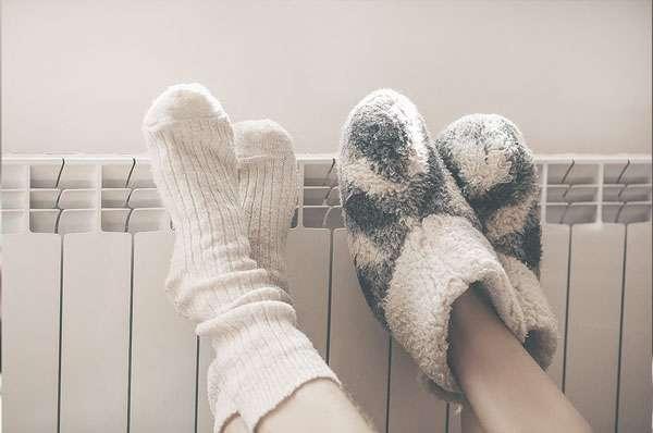 Zwei Füße an einer Heizung
