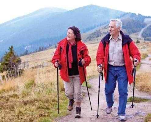 Ein älteres Paar wandert zusammen