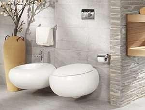 Eine Toilette im Badezimmer