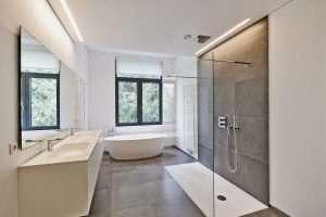 Ein neu modernes Badezimmer
